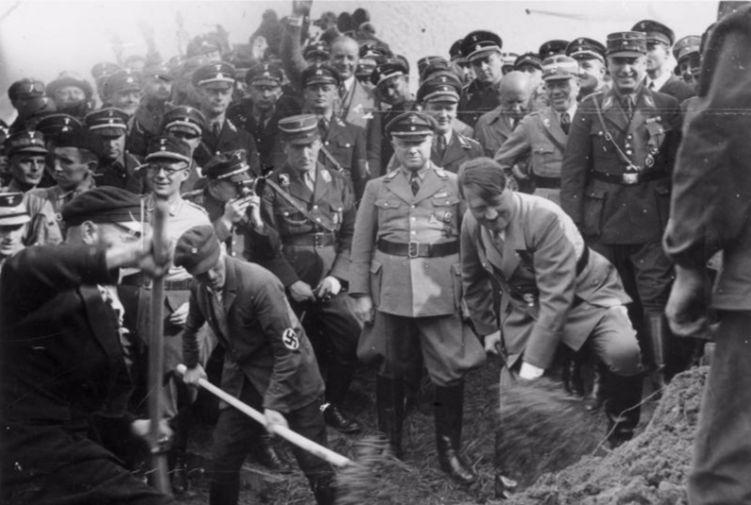 Met het scheppen van wat grond geeft Hitler de symbolische start van de aanleg van de Autobahn van Frankfurt naar Darmstadt. Bundesarchiv, Bild 183-R27373 / CC-BY-SA 3.0