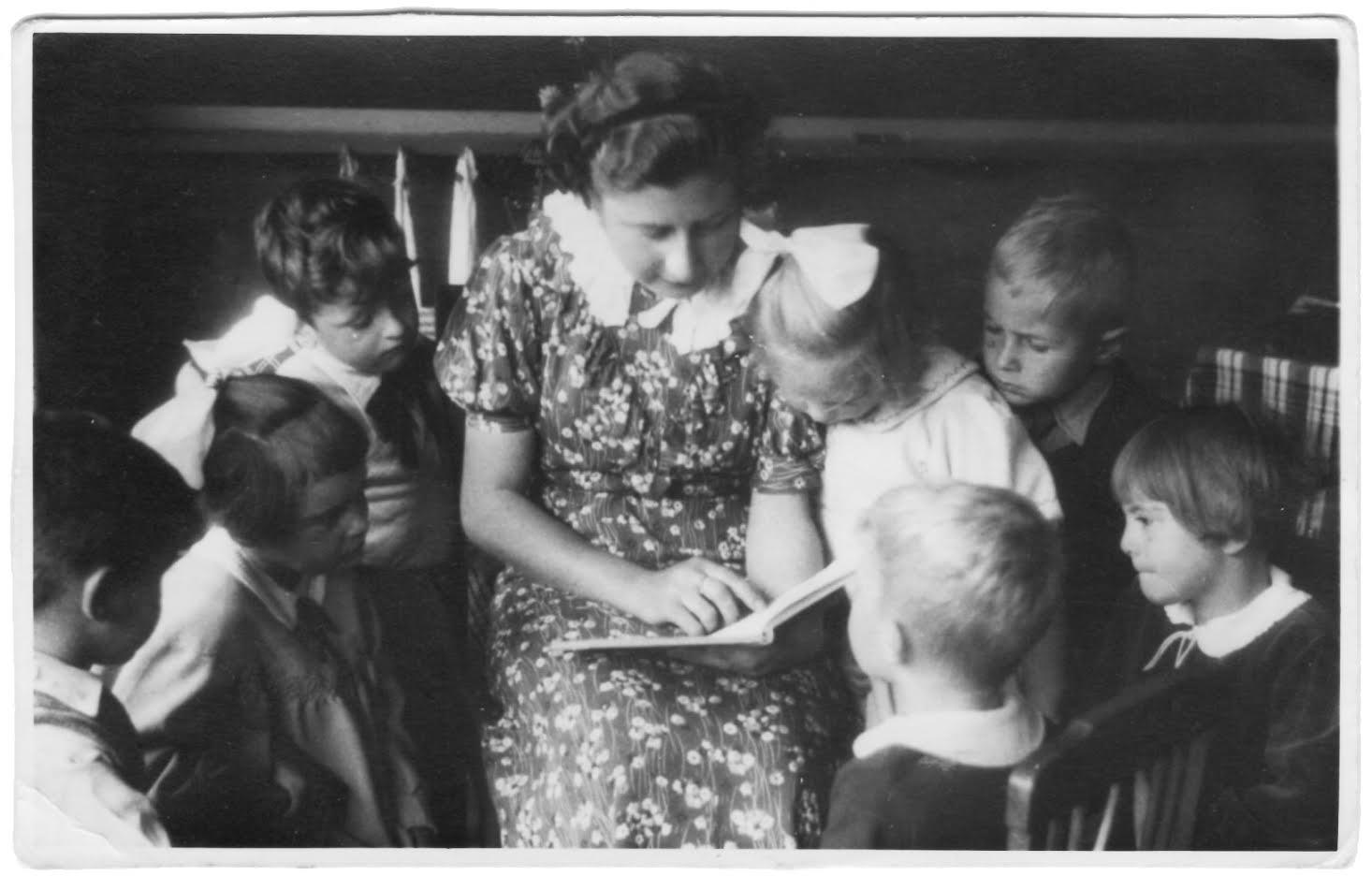 Corine leest haar leerlingen voor op school in Dordrecht (PvdD)