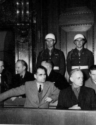 Hess in de beklaagdenbank op het Proces van Neurenberg