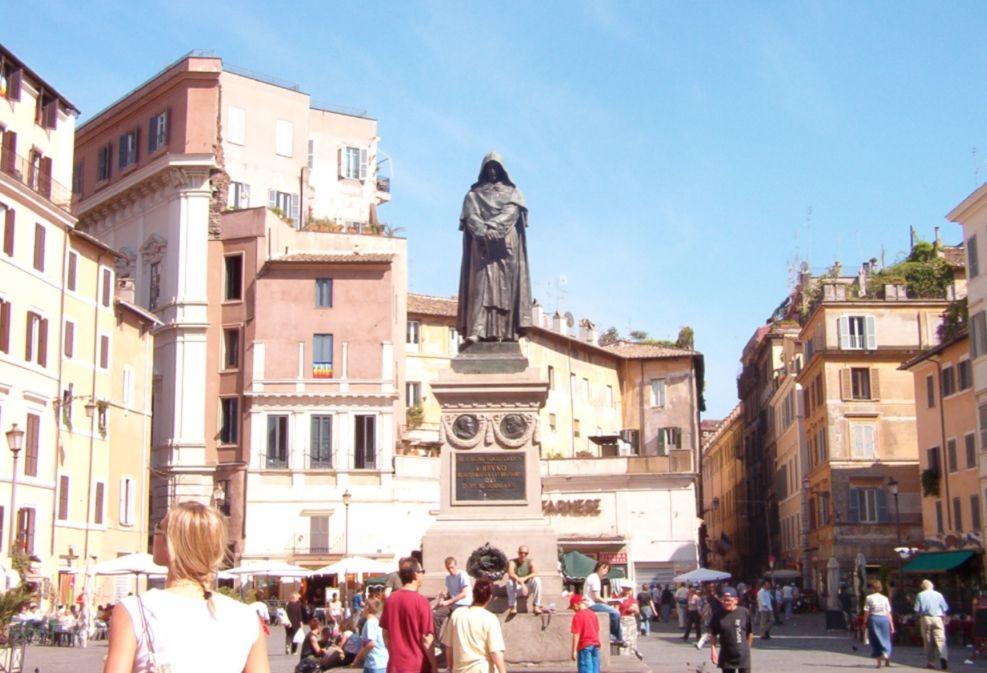Het standbeeld van Bruno op de plaats waar hij werd verbrand, Campo de' Fiori in Rome.