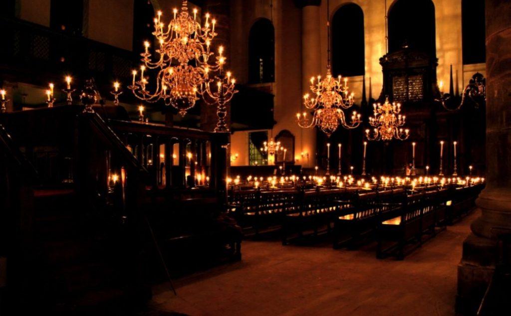 Interieur van de Portugees-Israëlietische Synagoge in Amsterdam