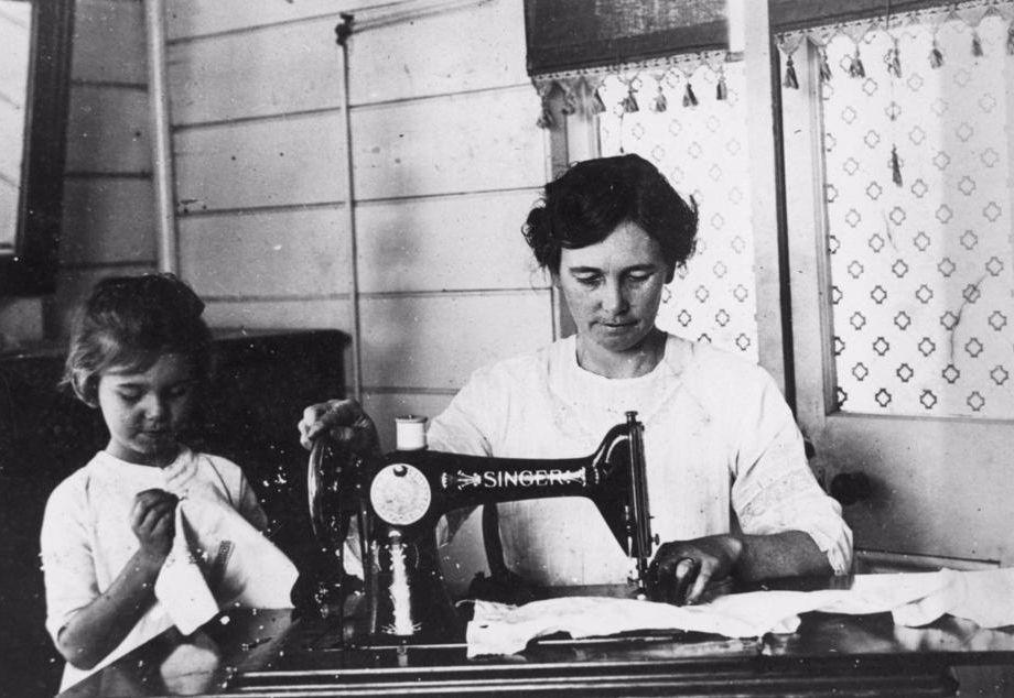 Vrouw achter een Singer-naaimachine (State Library of Queensland)