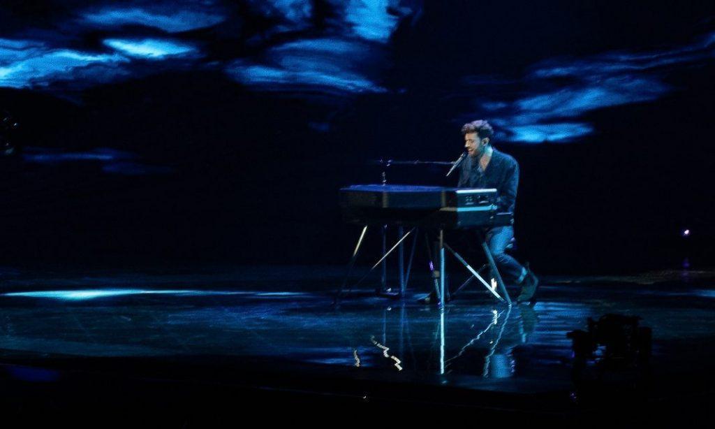 Duncan Laurence tijdens een opvoering van zijn lied op het Eurovisie Songfestival (CC BY-SA 4.0 - Martin Fjellanger, Eurovision Norway - wiki)