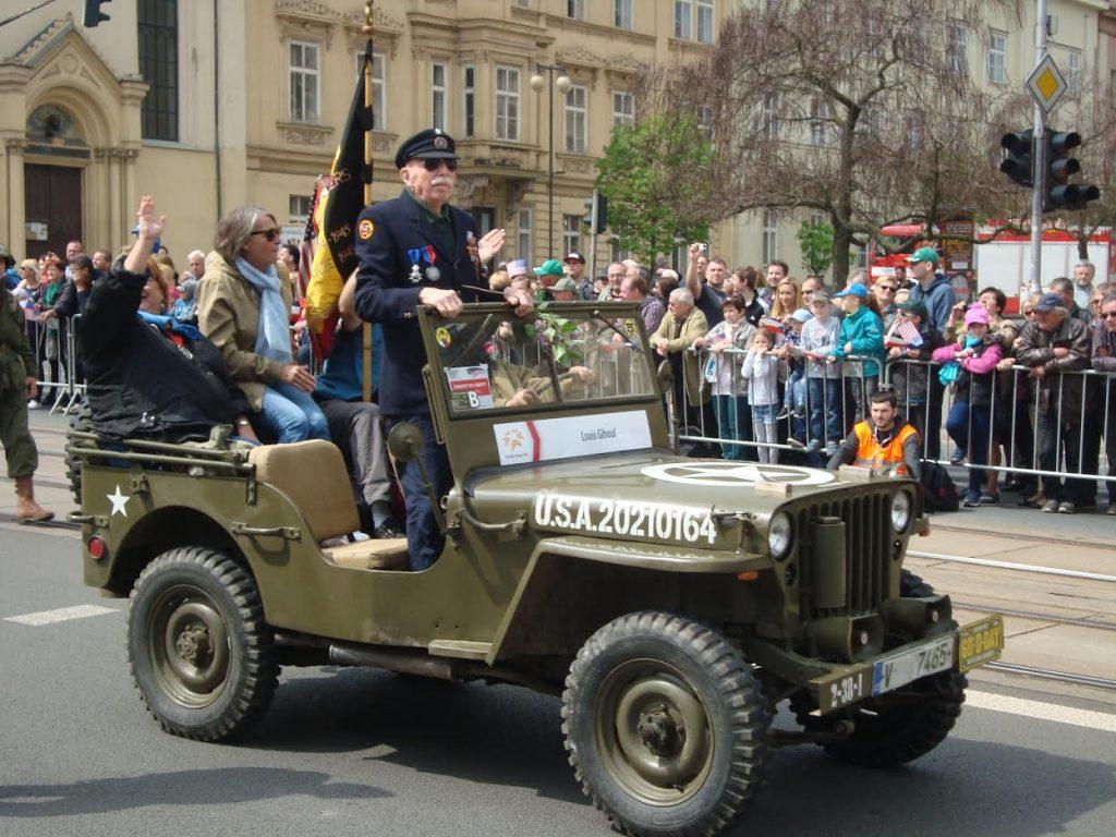 De Belgische WO2-veteraan Louis Gihoel neemt applaus in ontvangst. (Edwin Ruis)