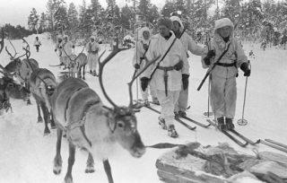 De Finnen verplaatsten zich onder meer met ski's en rendieren door de sneeuw