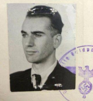 Een zelfverzekerde Harm Bouman in 1943, te zien op zijn registratiekaart van de Sicherheitsdienst in Groningen. Foto: RHC Groninger Archieven/OVCG, toegang 2220, 117.