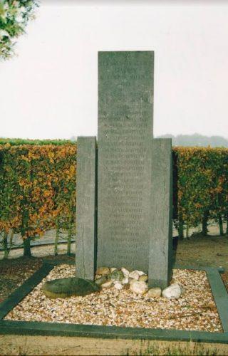 Het monument in Garderen, november 2002 (Hans van Lith)