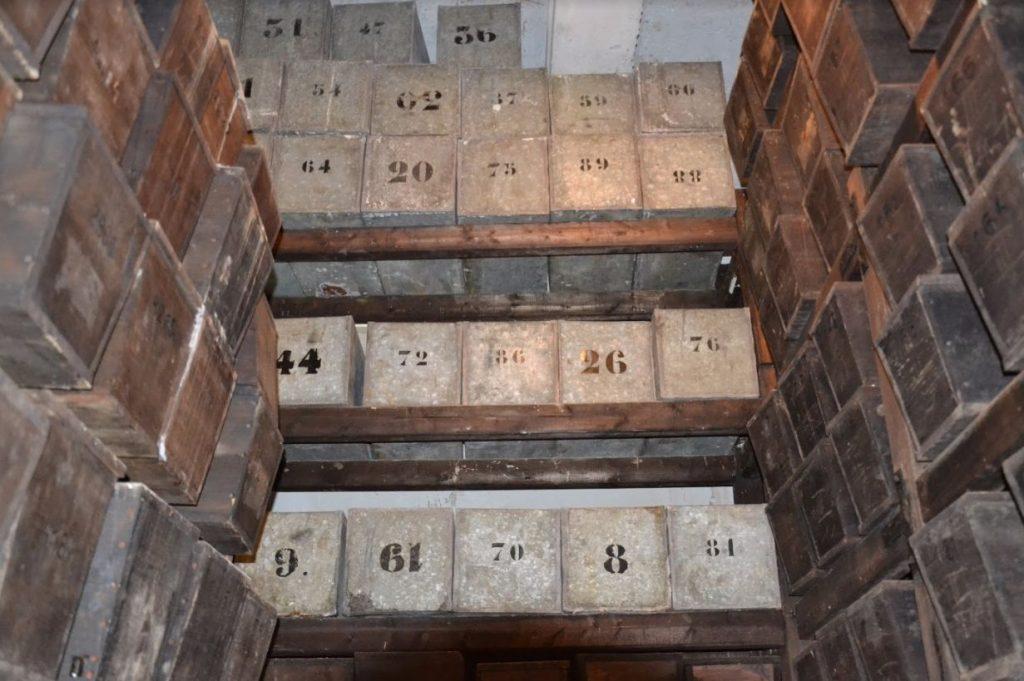 Zinken kisten in het mausoleum, juni 2014 (Fabian Vendrig)