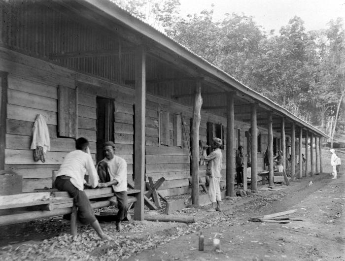 Waar de koelies moesten wonen. (Tropenmuseum/ Wikimedia Commons)
