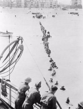 Britse troepen verlaten het strand bij Duinkerken (cc - AWM)