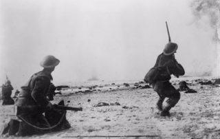 Leden van het expeditieleger beschieten vanaf het strand vliegtuigen van de Luftwaffe (cc - AWM)