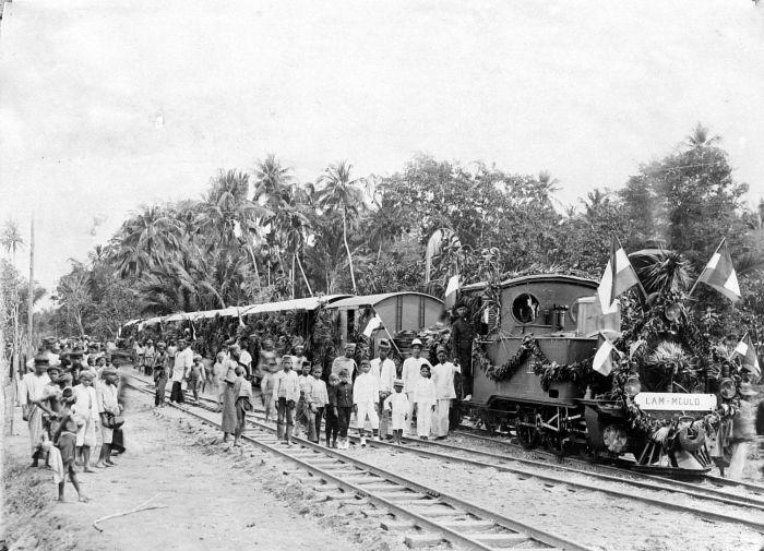 Feestelijke opening van het 6 KM lange spoorlijntje van de Atjeh-tram Beureunoen - Lammeulo (Wikicommons/Tropenmuseum)