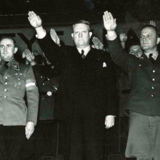 Quisling (midden) tijdens de achtste nationale partijbijeenkomst in het Bislettstadion (1942)