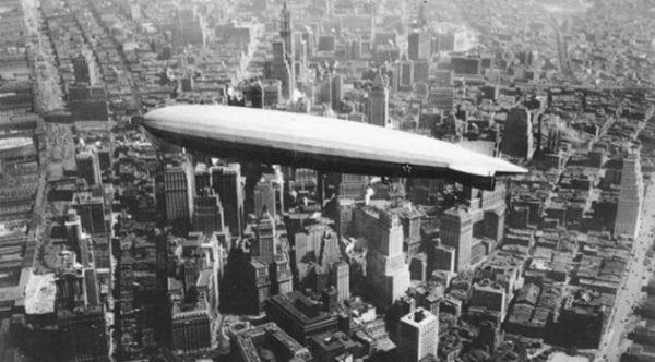 Zeppelin ZR-3 USS Los Angeles boven Manhattan