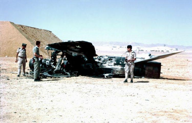 Zesdaagse Oorlog - Israëlische officieren bij een vernietigd Arabisch vliegtuig (wiki)