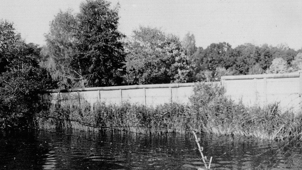 Zicht op de Berlijnse Muur vanaf het meer (Der Bundesbeauftragte für die Unterlagen des Staatssicherheitsdienstes der ehemaligen DDR)