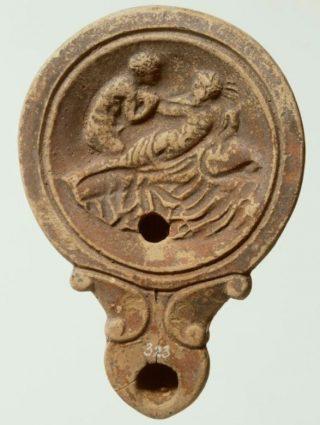 Olielamp met geliefden - Terracotta, Romeins, 1ste-2de eeuw na Chr. (RMO)