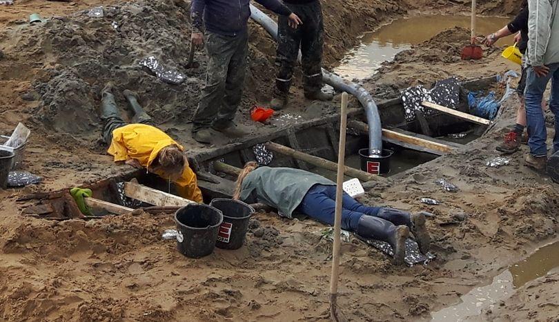 Archeologen bij een van de gevonden scheepswrakken (Over de Maas)