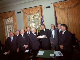 De commissie-Warren presenteert het eindrappoort aan president Johnson