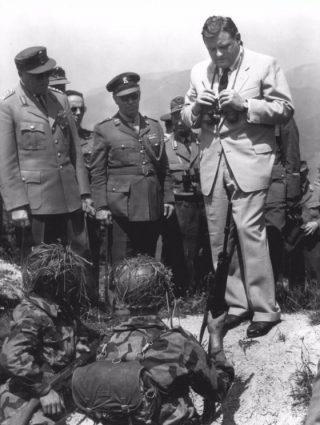 Franz Josef Strauß op bezoek bij een legeronderdeel, 1960