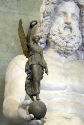 Zeus met in zijn rechterhand Nikè (cc - George Shuklin)