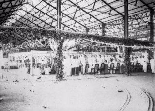 Feest in een suikerfabriek, circa 1900-1920 (Commonswikimedia/ Tropenmuseum)