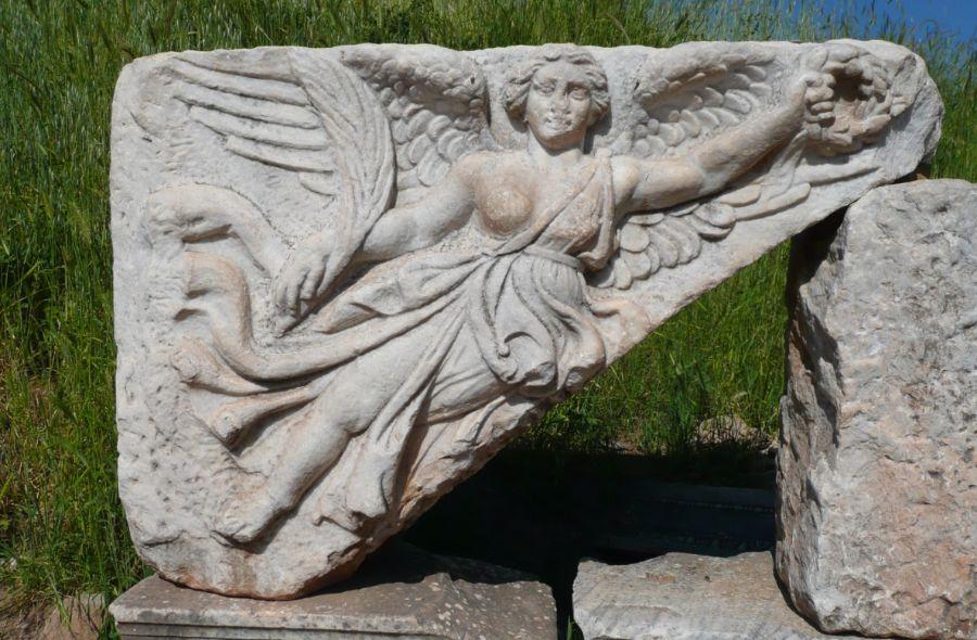 Bas-reliëf van Nikè te Efeze (cc - Maxfield)