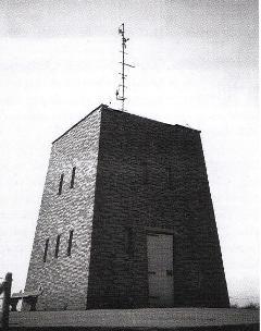 Het opmerkelijke gebouw aan het Zwarte Pad (in 1975), aan het einde van de Scheveningse boulevard, was een luchtwachttoren, waar vliegtuigen die lager vlogen dan 900 meter werden geregistreerd. De radar kon ze aanvankelijk niet 'vangen'.