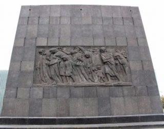 Aan de straatkant van het monument worden de slachtoffers getoond