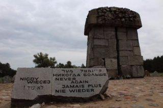 Een hoog monument op de plaats waar de gaskamers hebben gestaan.