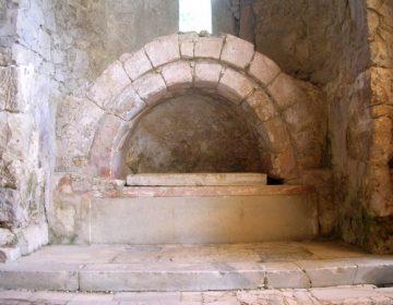 Het graf in de basiliek in Myra dat meestal wordt aangewezen als dat van bisschop Nikolaas