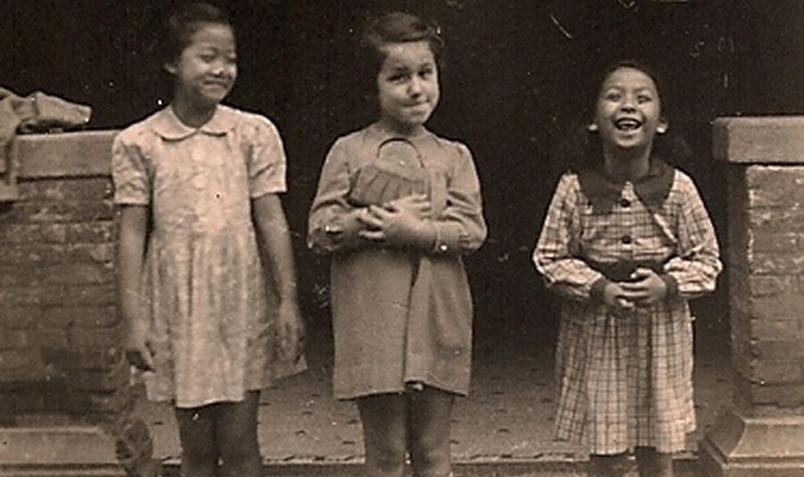 Joods meisje met twee Chinese vriendinnetjes in het getto van Shanghai - wiki