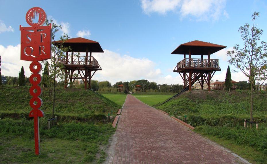 Oostzijde van de reconstructie van castellum Matilo in het Archeologisch Park Matilo te Leiden. - cc
