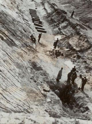 Plek waar 49 slachtoffers werden gevonden. Hier werd later het beeld 'De Stenen Man' geplaatst (RKD)
