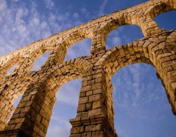 Romeins aquaduct in de Spaanse stad Segovia - cc