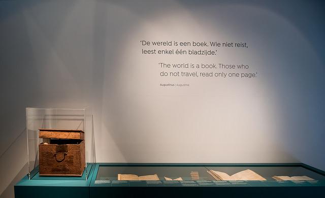 Citaat van Augustinus over reizen op een muur in de tentoonstelling (Allard Pierson Museum - Monique Kooijmans)
