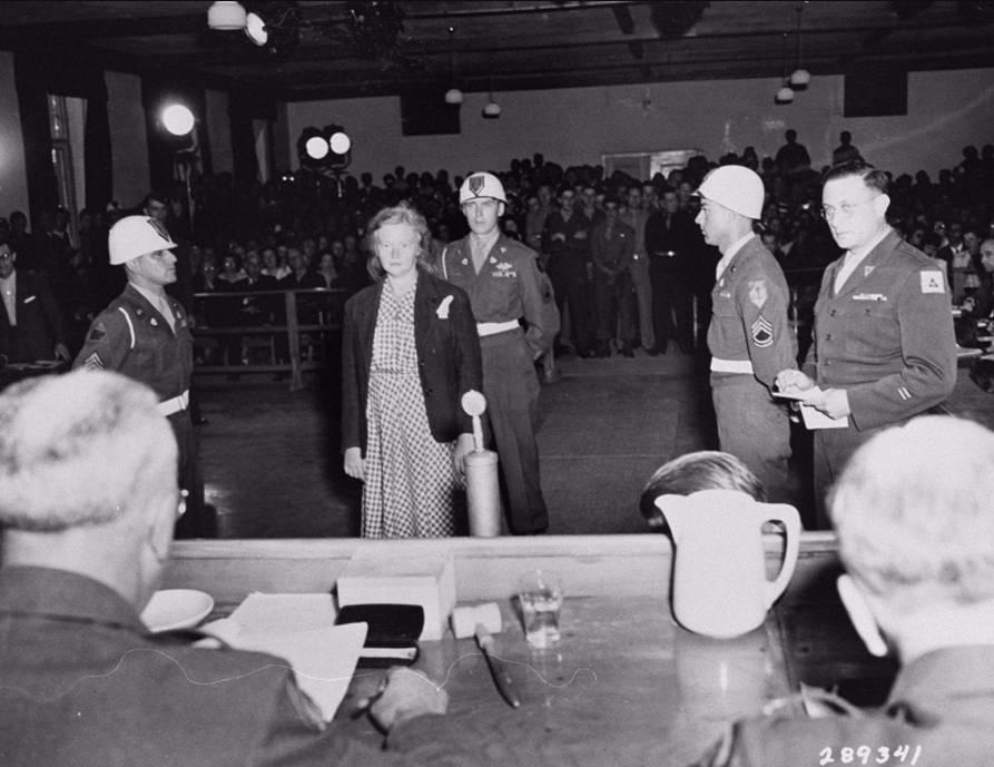 Ilse Koch hoort levenslange gevangenisstraf tegen zich uitspreken in Dachau, 15 augustus 1947. National Archives Washington / Publiek domein