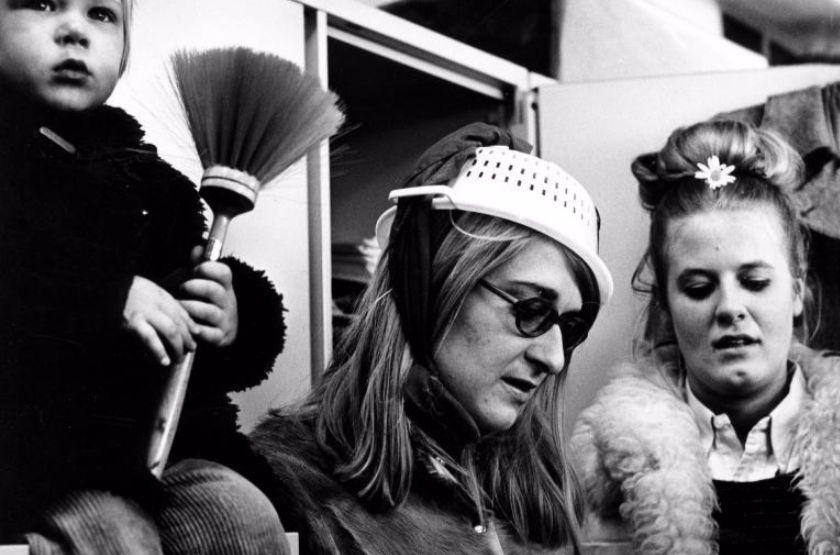 Vrouwenactiegroep Dolle Mina. Ludieke actie met huishoudelijke attributen. Nederland,1970/ Collectie SPAARNESTAD PHOTO/Harry Pot, via Nationaal Archief
