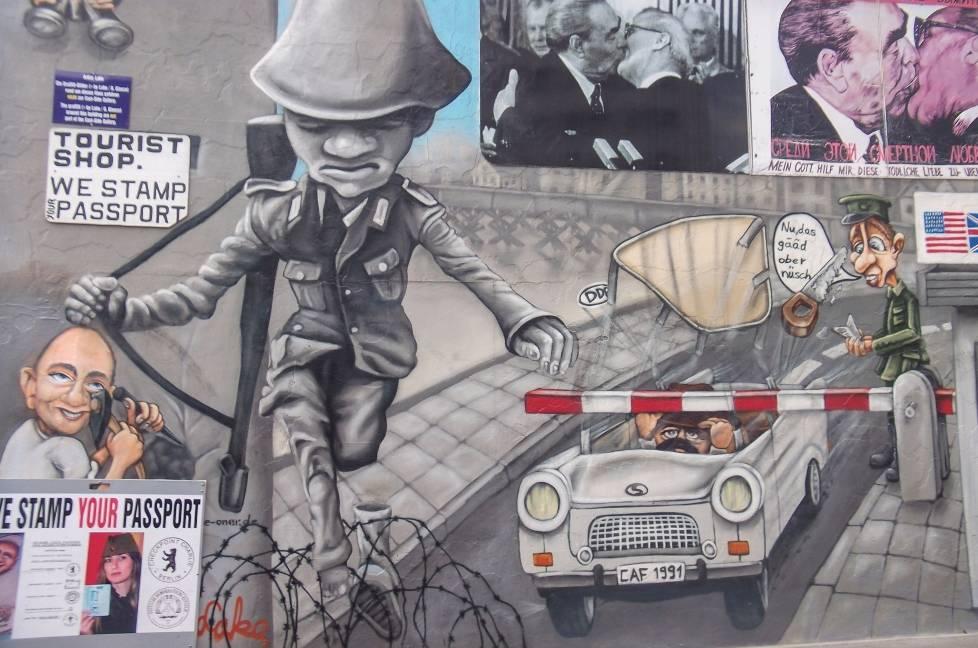 """De """"sprong naar de vrijheid"""" op de East Side Gallery, een stuk van de Berlijnse Muur dat na die Wende vanaf december 1989 door 118 kunstenaars werd beschilderd - cc"""