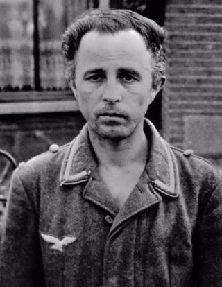 Jupp Kotalla vlak na zijn arrestatie. Hij probeerde zijn SS-identiteit te verhullen door het dragen van een Luftwaffe uniform. (1945)