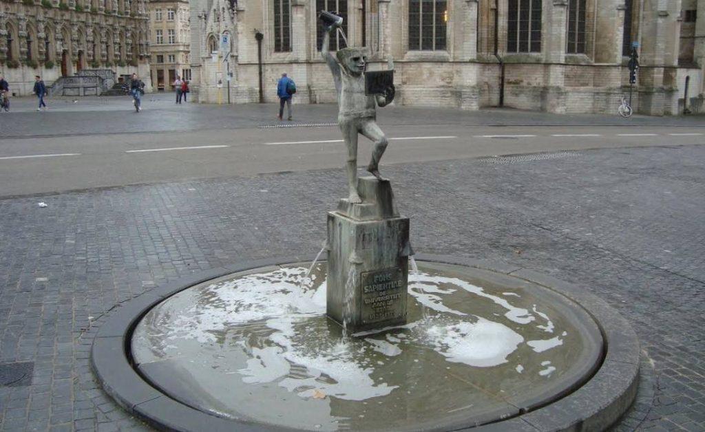 Beeld van 'Fonkse' op het Rector De Somerplein in Leuven, in 1975 aan de stad geschonken naar aanleiding van de 550e verjaardag van de KU Leuven (Foto: Edwin Ruis)