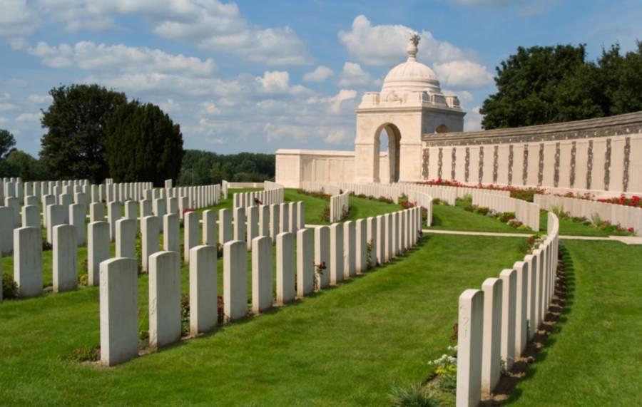 De Tyne Cot-begraafplaats bij Zonnebeke is met 11.956 graven de grootste Commonwealth-begraafplaats ter wereld. - cc