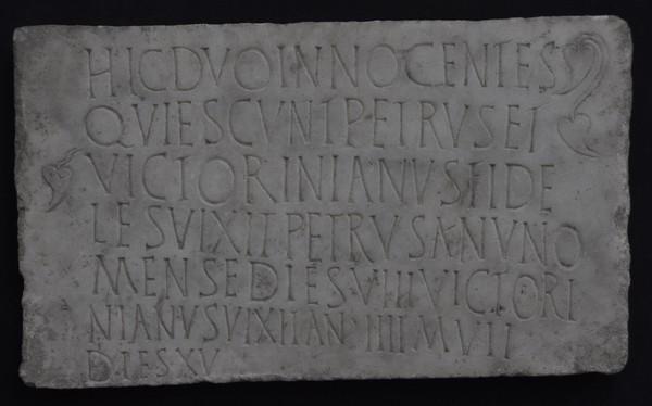 Grafsteen van Petrus en Victorinianus uit Sirmium. Laatstgenoemde werd volgens de twee laatste regels vier jaar, zeven maanden en vijftien dagen (Museum Sremska Mitrovica).