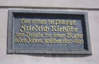 Blijkens dit wandbord dankt Naumburg zijn Nietzsche Haus aan het feit dat de filosoof vaak bij zijn moeder logeerde.