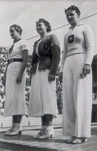 De Olympische Spelen in 1936. Vrouwen op erepodium. Rie Mastenbroek staat in het midden. (Bron: Beeldbank WO2, collectie Verzetsmuseum Amsterdam, Cigaretten-Bilderdienst.)