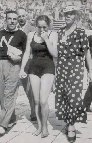 De Olympische Spelen in 1936. Rie Mastenbroek huilt van opwinding over haar overwinning op de 100 meter vrije slag. Rechts staat haar begeleidster 'moeder Braun'. (Bron: Beeldbank WO2, collectie Verzetsmuseum Amsterdam, Cigaretten-Bilderdienst.)