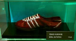 Adidas-schoenen die de Tsjechoslowaakse langeafstandsloper Emil Zátopek in 1948 gebruikte