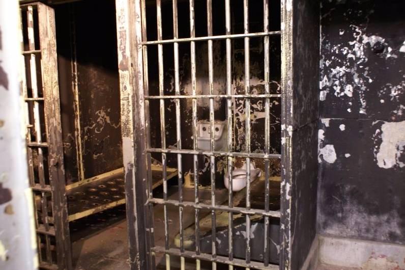 Cel waar Charles Manson ooit gevangen zat (cc - Valerie Everett)