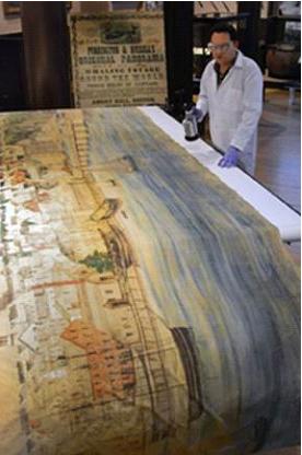 Medewerker van het museum bij het panorama (New Bedford Whaling Museum)