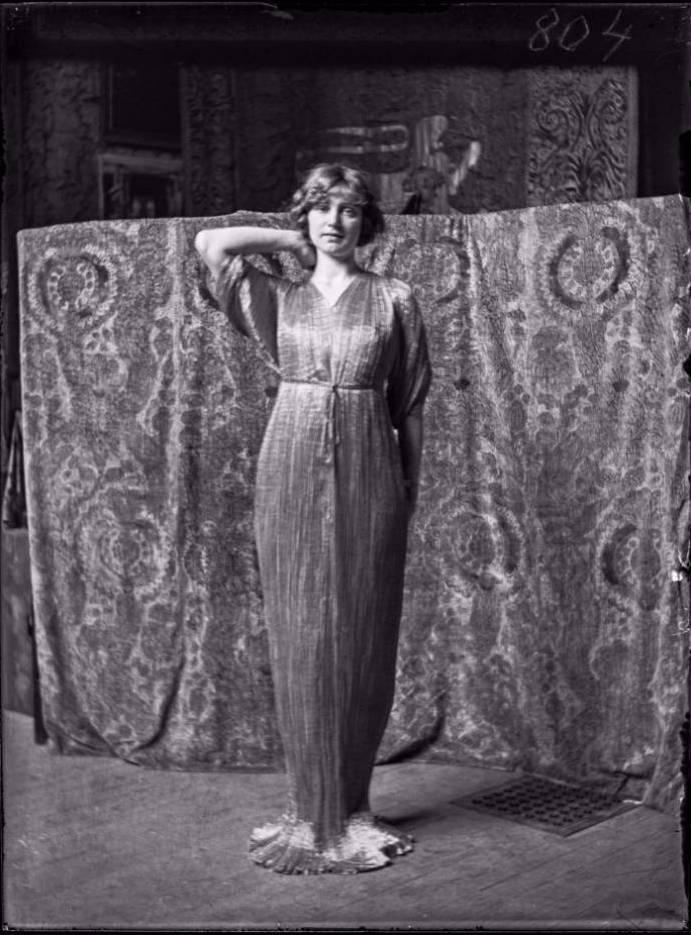 Model in de Delphos-jurk, 1920 - © Fondazione Musei Civici di Venezia – Museo Fortuny